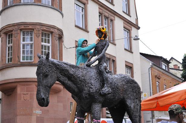 Weinheim Jubilaeum Reiterin. Lena Berger schmueckt die Reiterin. 2.7.2016 Foto: Peter Dorn